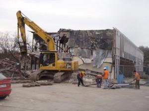 firma Poclain - demolice administrativního objektu